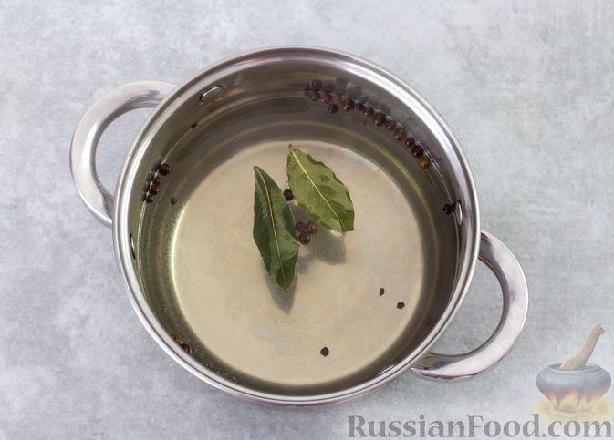 Фото приготовления рецепта: Салат с куриной печенью, кукурузой и сыром - шаг №2