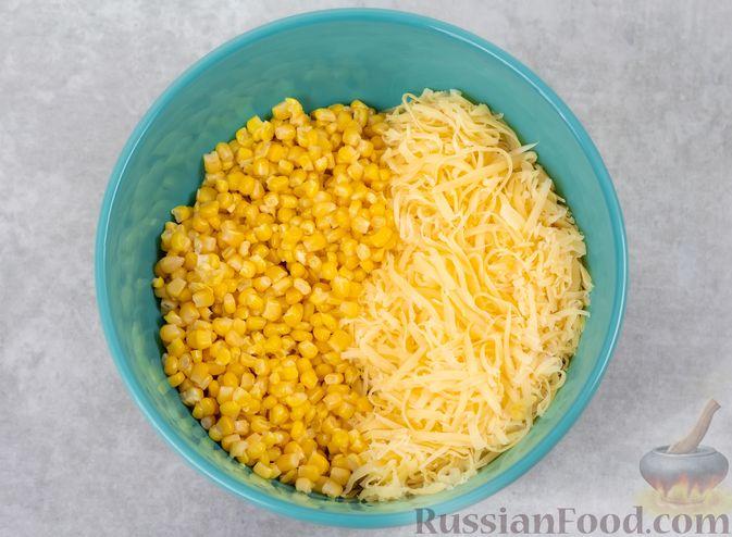 Фото приготовления рецепта: Салат с куриной печенью, кукурузой и сыром - шаг №5