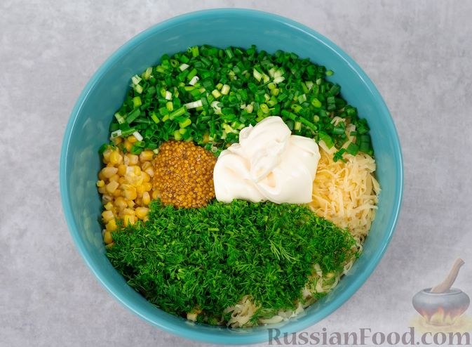 Фото приготовления рецепта: Салат с куриной печенью, кукурузой и сыром - шаг №6