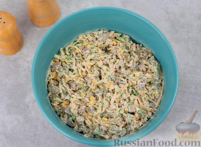 Фото приготовления рецепта: Салат с куриной печенью, кукурузой и сыром - шаг №7