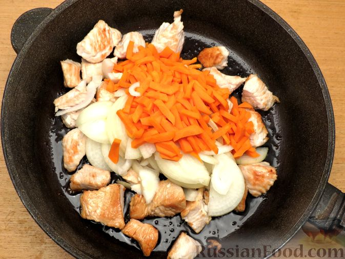 Фото приготовления рецепта: Плов из булгура с индейкой (на сковороде) - шаг №4