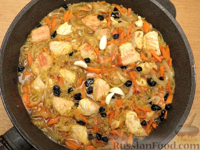 Фото приготовления рецепта: Плов из булгура с индейкой (на сковороде) - шаг №6