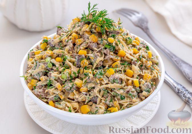 Фото приготовления рецепта: Салат с куриной печенью, кукурузой и сыром - шаг №8