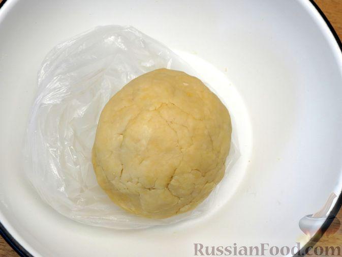 Фото приготовления рецепта: Песочный пирог с курицей и овощами - шаг №4