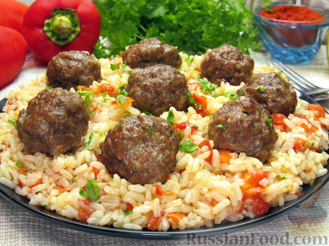 Фото к рецепту: Рис с мясными шариками, помидорами и сладким перцем