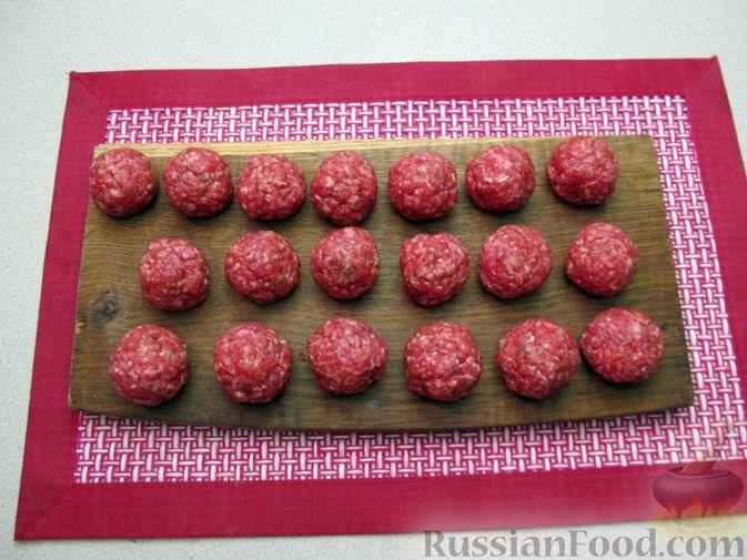 Фото приготовления рецепта: Рис с мясными шариками, помидорами и сладким перцем - шаг №4