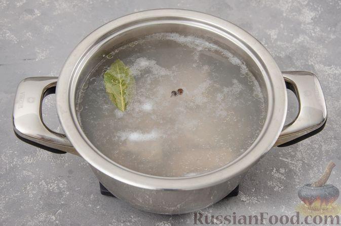 Фото приготовления рецепта: Куриный суп с гречневой крупой и овощами - шаг №2
