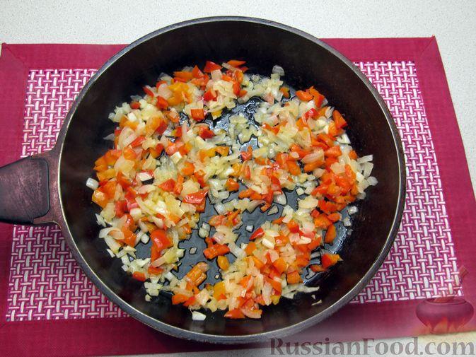 Фото приготовления рецепта: Рис с мясными шариками, помидорами и сладким перцем - шаг №7