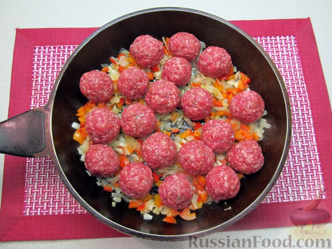 Фото приготовления рецепта: Рис с мясными шариками, помидорами и сладким перцем - шаг №8
