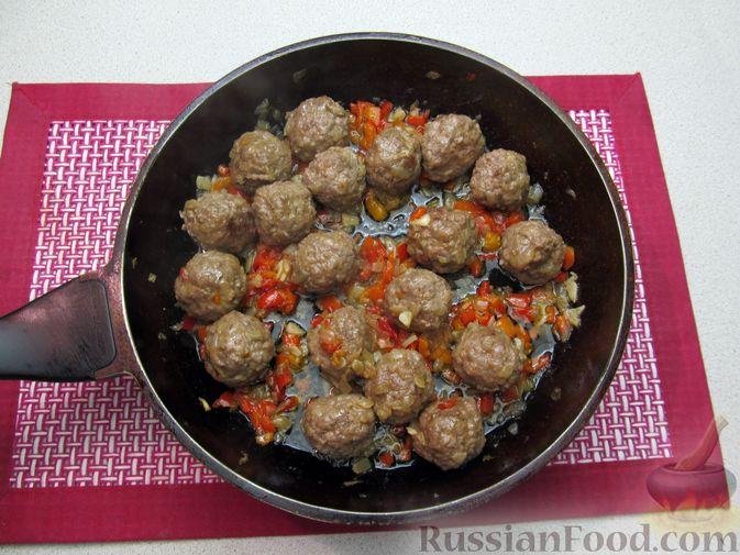 Фото приготовления рецепта: Рис с мясными шариками, помидорами и сладким перцем - шаг №9