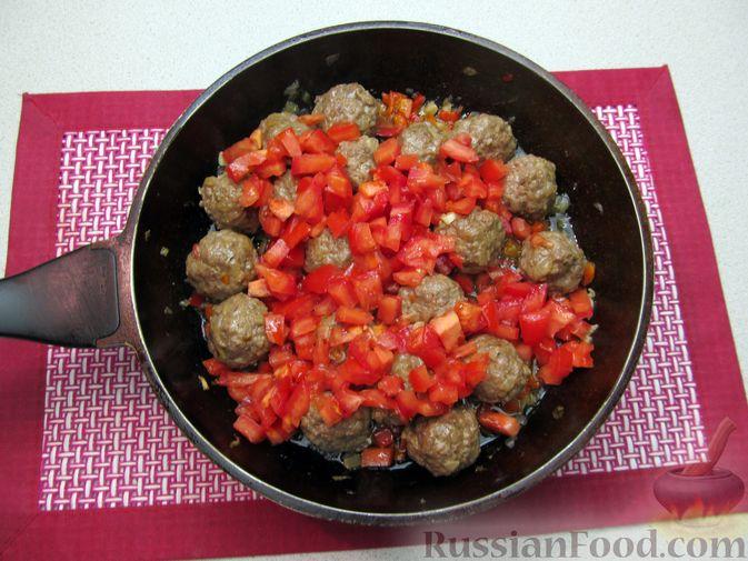 Фото приготовления рецепта: Рис с мясными шариками, помидорами и сладким перцем - шаг №10