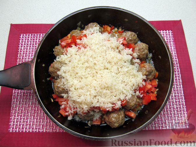 Фото приготовления рецепта: Рис с мясными шариками, помидорами и сладким перцем - шаг №11