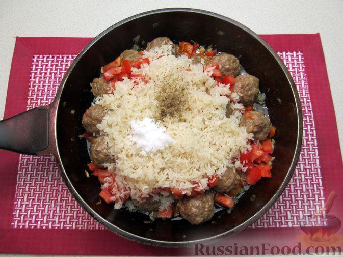 Фото приготовления рецепта: Рис с мясными шариками, помидорами и сладким перцем - шаг №12