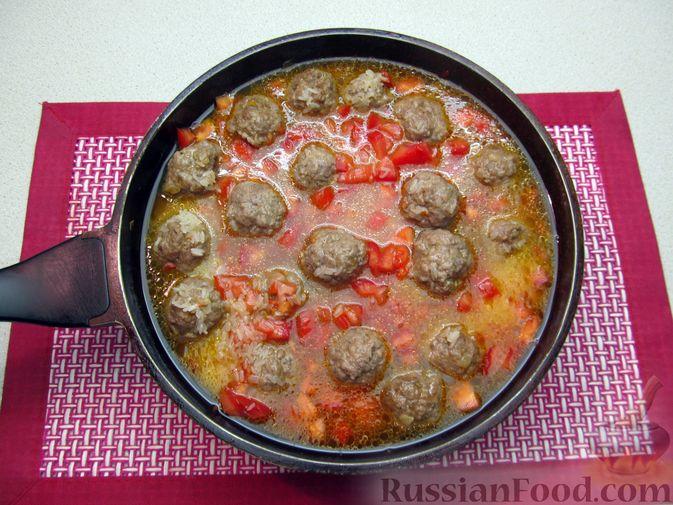 Фото приготовления рецепта: Рис с мясными шариками, помидорами и сладким перцем - шаг №13