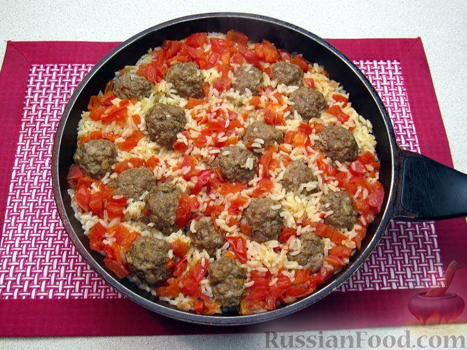 Фото приготовления рецепта: Рис с мясными шариками, помидорами и сладким перцем - шаг №14