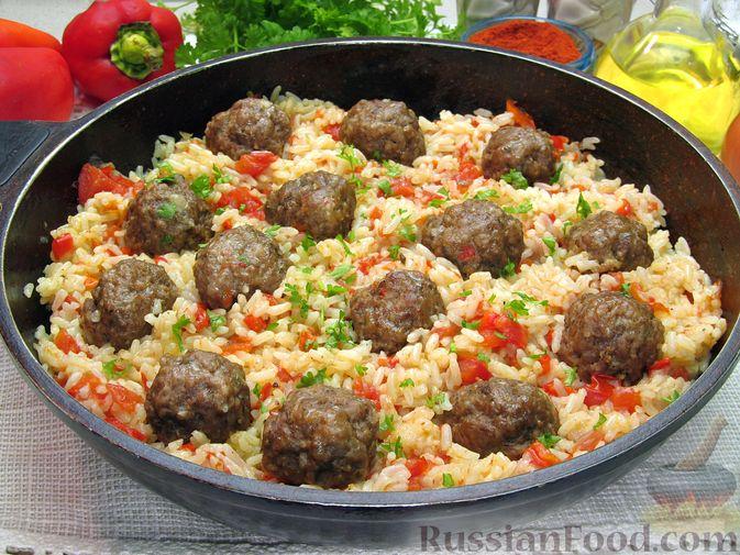 Фото приготовления рецепта: Рис с мясными шариками, помидорами и сладким перцем - шаг №15