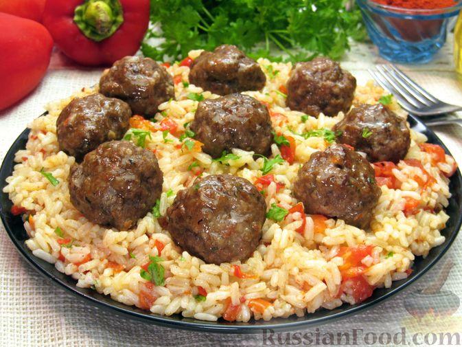 Фото приготовления рецепта: Рис с мясными шариками, помидорами и сладким перцем - шаг №16