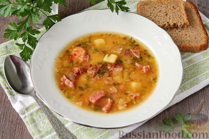 Фото к рецепту: Гороховый суп с обжаренной свининой и копчёными ребрышками