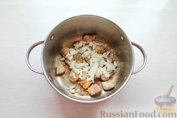 Фото приготовления рецепта: Гороховый суп с обжаренной свининой и копчёными ребрышками - шаг №4