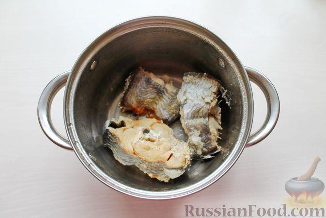 Фото приготовления рецепта: Дрожжевые пирожки с рыбой, варёными яйцами и зелёным луком - шаг №2