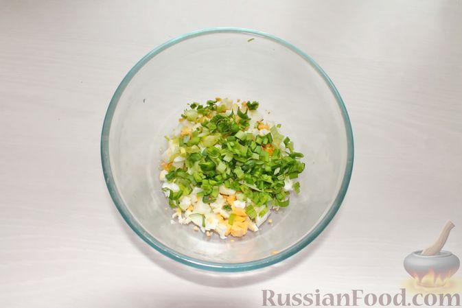 Фото приготовления рецепта: Дрожжевые пирожки с рыбой, варёными яйцами и зелёным луком - шаг №5