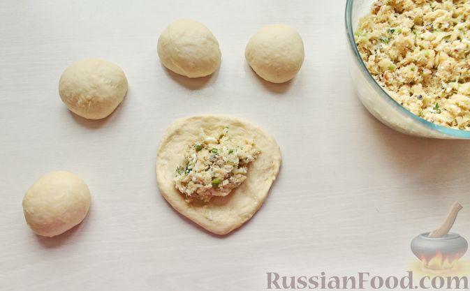 Фото приготовления рецепта: Дрожжевые пирожки с рыбой, варёными яйцами и зелёным луком - шаг №14