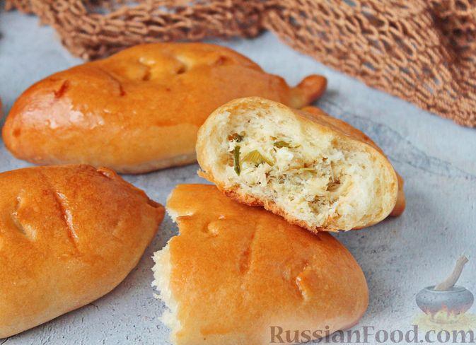 Фото приготовления рецепта: Дрожжевые пирожки с рыбой, варёными яйцами и зелёным луком - шаг №20