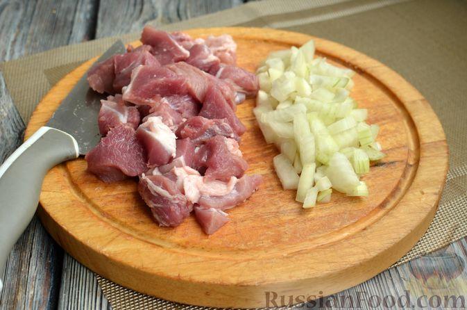 Фото приготовления рецепта: Картошка, тушенная со свининой и фасолью - шаг №2
