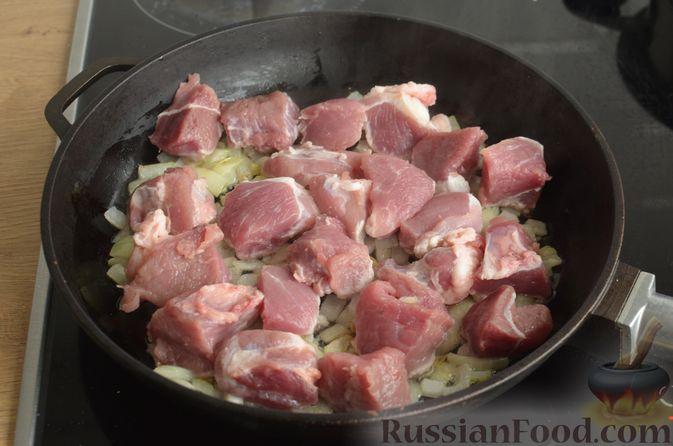Фото приготовления рецепта: Картошка, тушенная со свининой и фасолью - шаг №4