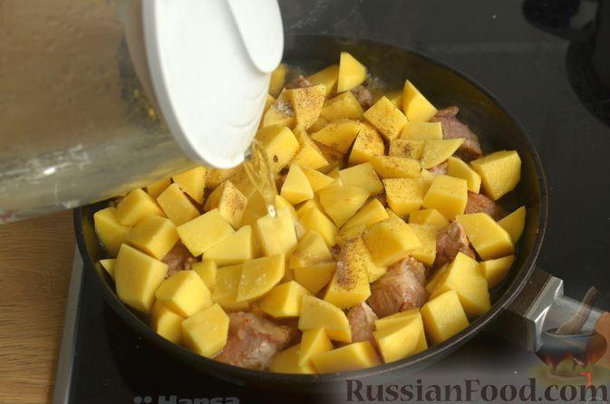 Фото приготовления рецепта: Картошка, тушенная со свининой и фасолью - шаг №6