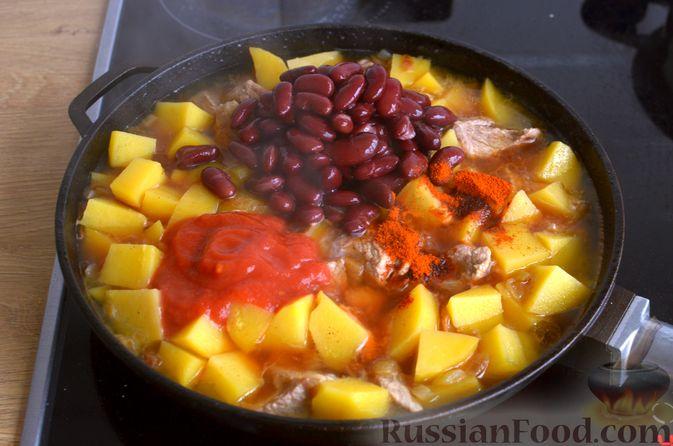 Фото приготовления рецепта: Картошка, тушенная со свининой и фасолью - шаг №7
