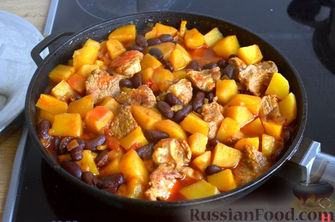 Фото приготовления рецепта: Картошка, тушенная со свининой и фасолью - шаг №8