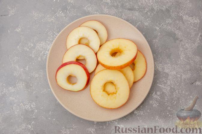 Фото приготовления рецепта: Яблочная шарлотка на сковороде - шаг №2