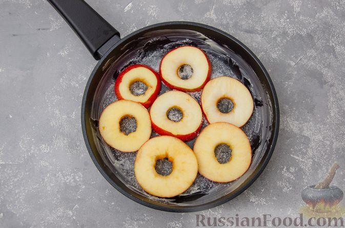 Фото приготовления рецепта: Яблочная шарлотка на сковороде - шаг №4
