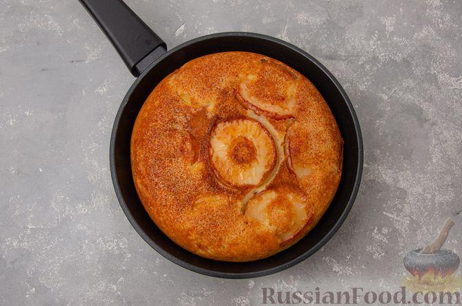 Фото приготовления рецепта: Яблочная шарлотка на сковороде - шаг №13