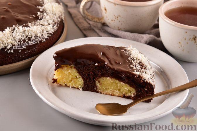 Фото к рецепту: Шоколадный пирог с творожно-кокосовыми шариками