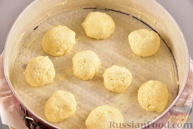 Фото приготовления рецепта: Шоколадный пирог с творожно-кокосовыми шариками - шаг №11