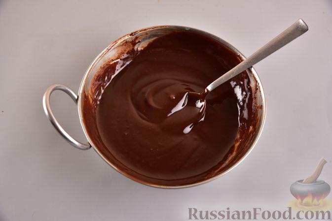 Фото приготовления рецепта: Шоколадный пирог с творожно-кокосовыми шариками - шаг №13