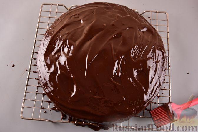 Фото приготовления рецепта: Шоколадный пирог с творожно-кокосовыми шариками - шаг №14
