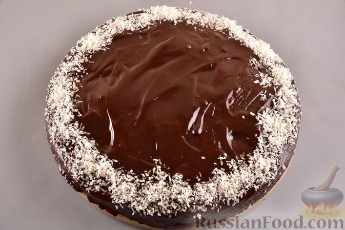 Фото приготовления рецепта: Шоколадный пирог с творожно-кокосовыми шариками - шаг №15