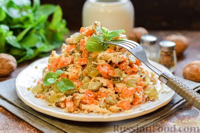 Фото к рецепту: Салат с курицей, солёными огурцами, морковью и грецкими орехами
