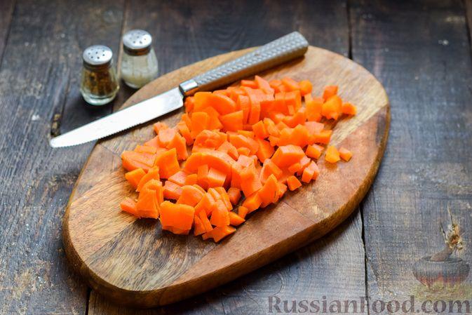 Фото приготовления рецепта: Салат с курицей, солёными огурцами, морковью и грецкими орехами - шаг №6