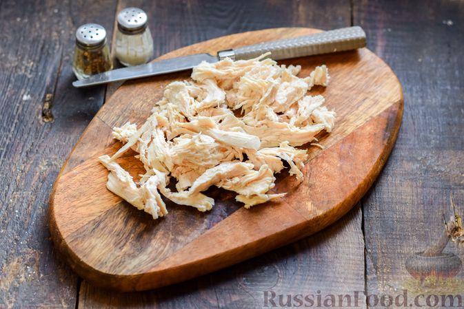 Фото приготовления рецепта: Салат с курицей, солёными огурцами, морковью и грецкими орехами - шаг №5