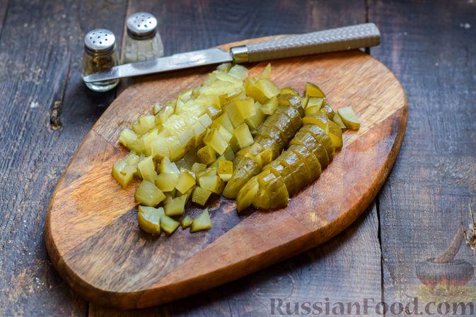 Фото приготовления рецепта: Салат с курицей, солёными огурцами, морковью и грецкими орехами - шаг №7