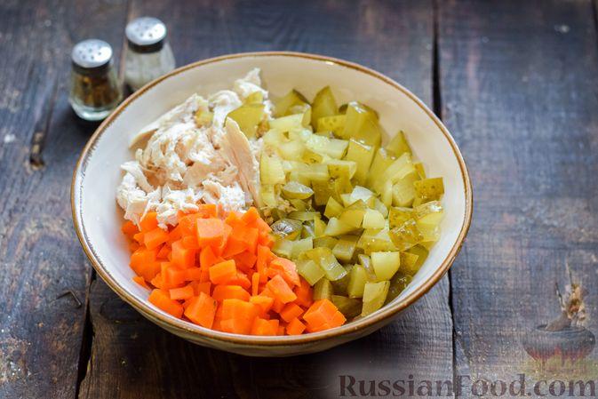 Фото приготовления рецепта: Салат с курицей, солёными огурцами, морковью и грецкими орехами - шаг №8