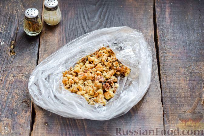 Фото приготовления рецепта: Салат с курицей, солёными огурцами, морковью и грецкими орехами - шаг №9