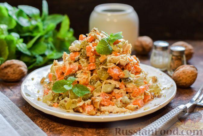 Фото приготовления рецепта: Салат с курицей, солёными огурцами, морковью и грецкими орехами - шаг №12