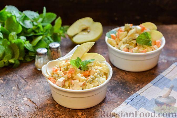 """Фото к рецепту: Салат """"Оливье"""" с копчёной курицей и яблоком"""