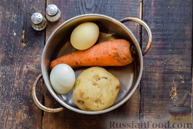 """Фото приготовления рецепта: Салат """"Оливье"""" с копчёной курицей и яблоком - шаг №2"""