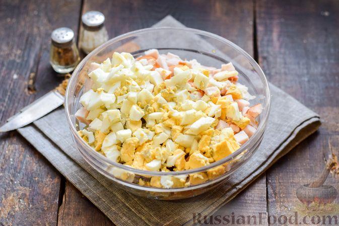 """Фото приготовления рецепта: Салат """"Оливье"""" с копчёной курицей и яблоком - шаг №8"""